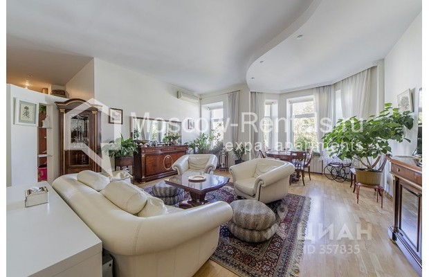 "Photo #2 4-room (3 BR) apartment <u>for a long-term rent</u> (<a href=""http://moscow-rentals.ru/en/articles/long-term-rent"" target=""_blank"">FAQ</a>)    in Russia, Moscow, Znamenka str, 15"