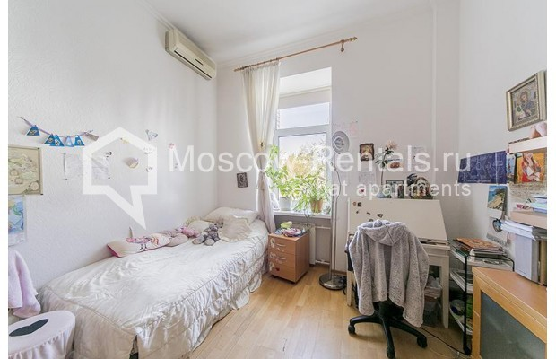 "Photo #5 4-room (3 BR) apartment <u>for a long-term rent</u> (<a href=""http://moscow-rentals.ru/en/articles/long-term-rent"" target=""_blank"">FAQ</a>)    in Russia, Moscow, Znamenka str, 15"