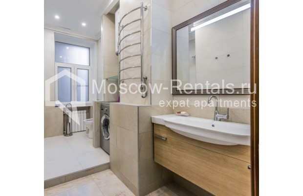 "Photo #11 4-room (3 BR) apartment <u>for a long-term rent</u> (<a href=""http://moscow-rentals.ru/en/articles/long-term-rent"" target=""_blank"">FAQ</a>)    in Russia, Moscow, Ovchinnkovskyi lane, 10"