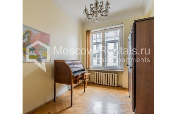 """Photo #5 3-room (2 BR) apartment for <a href=""""http://moscow-rentals.ru/en/articles/long-term-rent"""" target=""""_blank"""">a long-term</a> rent  in Russia, Moscow, Blagoveshenskyi lane, 5"""
