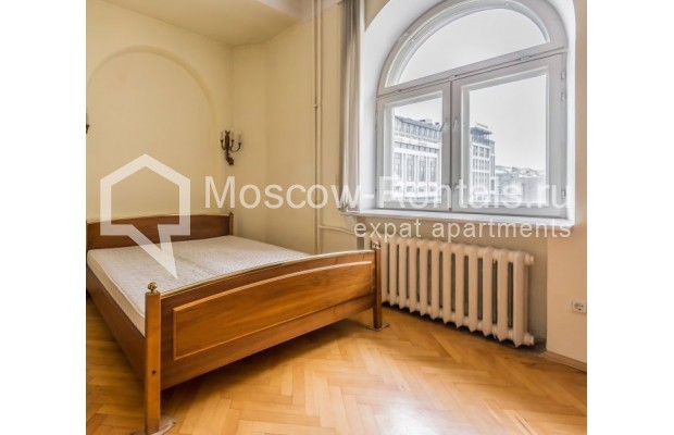 """Photo #4 3-room (2 BR) apartment for <a href=""""http://moscow-rentals.ru/en/articles/long-term-rent"""" target=""""_blank"""">a long-term</a> rent  in Russia, Moscow, Blagoveshenskyi lane, 5"""