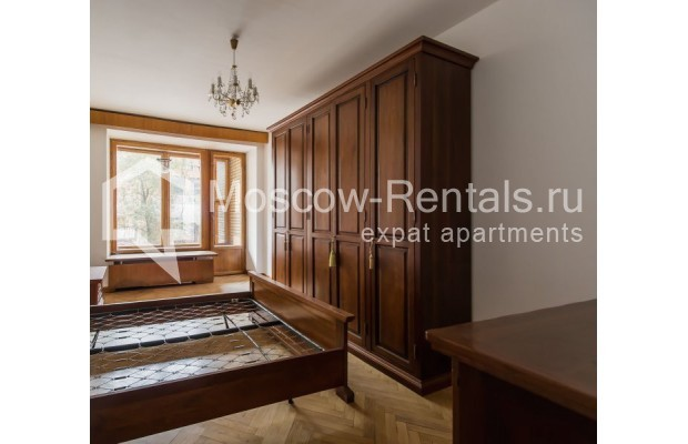 """Photo #3 3-room (2 BR) apartment for <a href=""""http://moscow-rentals.ru/en/articles/long-term-rent"""" target=""""_blank"""">a long-term</a> rent  in Russia, Moscow, Sivtsev Vrazhek lane, 9А"""