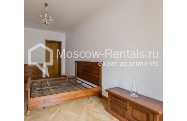 """Photo #4 3-room (2 BR) apartment for <a href=""""http://moscow-rentals.ru/en/articles/long-term-rent"""" target=""""_blank"""">a long-term</a> rent  in Russia, Moscow, Sivtsev Vrazhek lane, 9А"""
